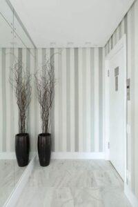 Hall de entrada com papel de parede cinza