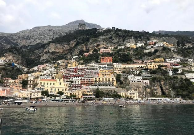 visão do mar para a costa amalfitana com casas coloridas