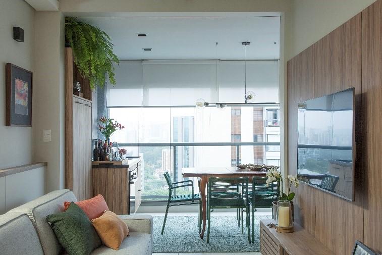 visão da sala de estar com a varanda