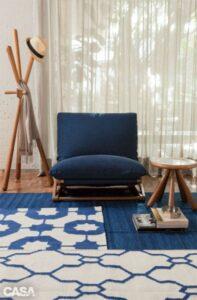 Sala de estar com tapetes em sobreposição e com estampa e a mesma tonalidade
