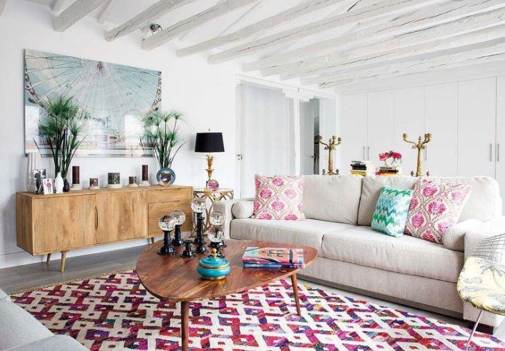 Sala de estar com tapete estampado e almofadas estampadas