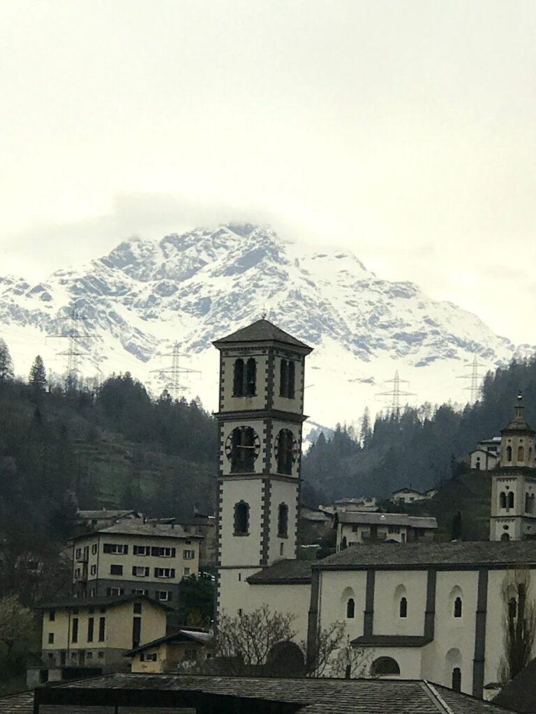 cidade de St. Moriz e ao fundo montanha com neve