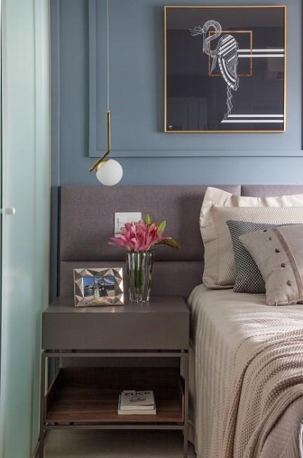 detalhe quarto de casal com boiserie azul