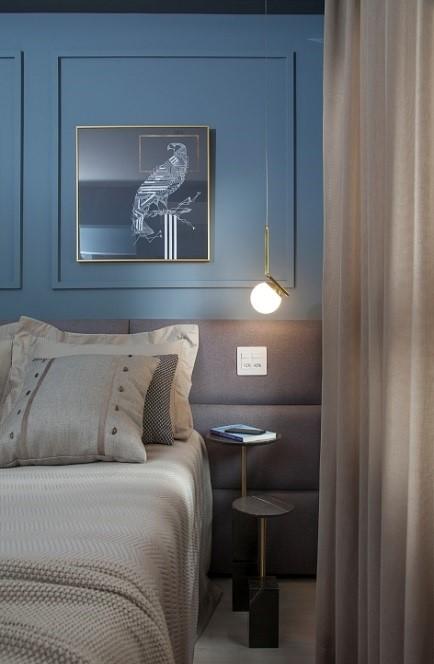ângulo do quarto de casal com boiserie azul