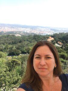 Karina Korn com a paisagem na cidade de Sintra