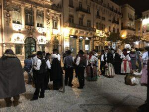 portugueses com trajes típicos em Coimbra