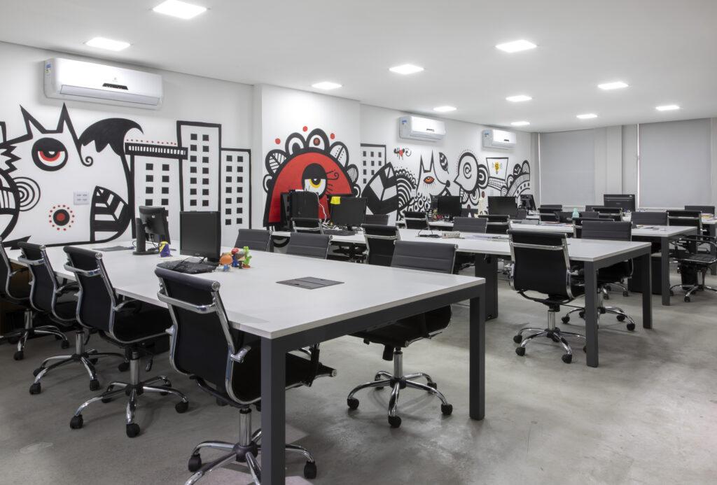 escritório com parede colorida
