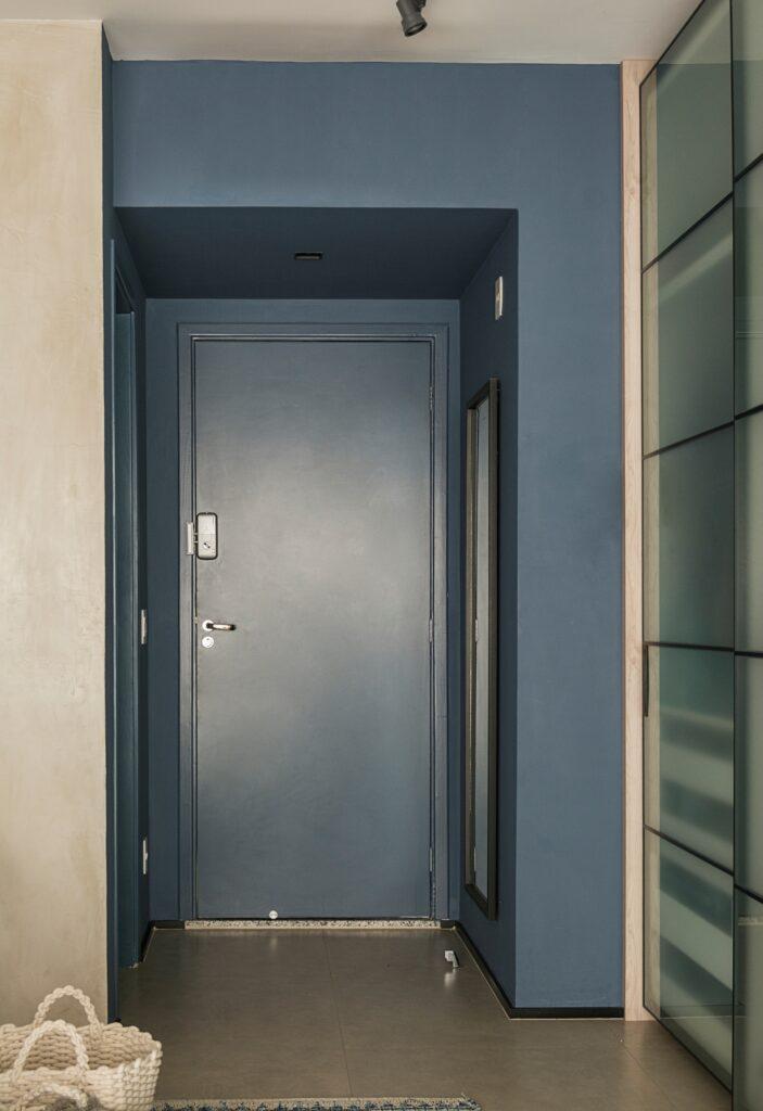hall de entrada e porta em azul