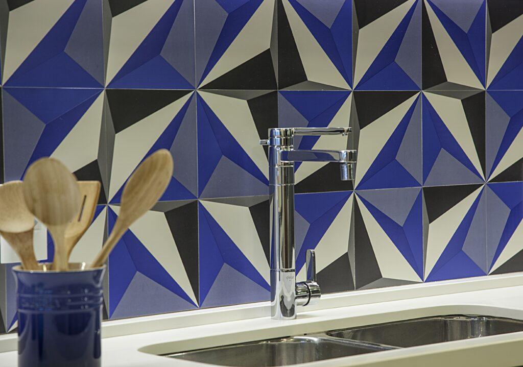 cozinha com azulejo em detalhes em azul e bancada branca