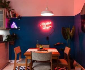 Sala e jantar colorida e neon retrô