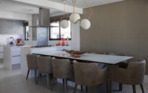 cozinha integrada com a sala de jantar