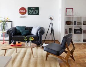 sala neutra com sofá e itens decorativos retrô