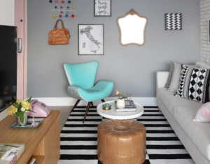 sala de estar com poltrona e itens decorativos retrô