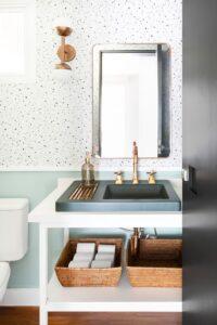 banheiro com louças em dourado