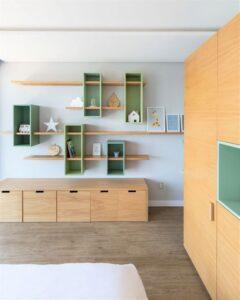 quarto de criança com mobiliário de madeira natural