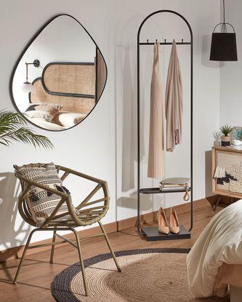 Ambiente com espelho em forma orgânica