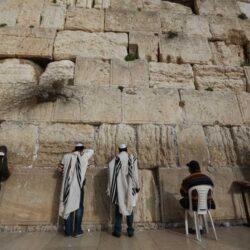 A tradição de introduzir um pequeno papel com pedidos entre as fendas do muro tem vários séculos de antiguidade