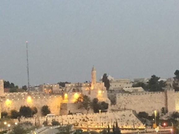 À esquerda a torre Minarete e à direita a vista de toda a cidade velha de Jerusalém