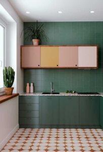 cozinha com armários e marcenaria colorida