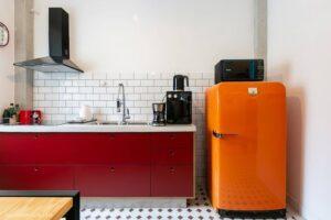 cozinha vermelha com geladeira laranja