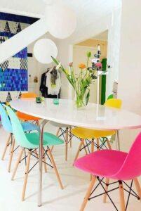 mesa com cadeira coloridas