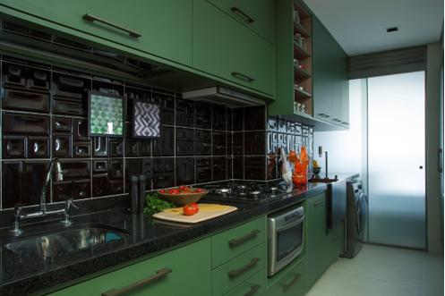 cozinha com marcenaria verde e azulejo preto