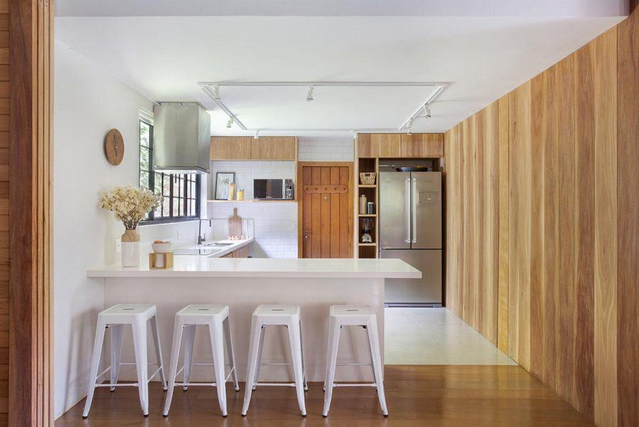 Ambientes integrados com piso de madeira