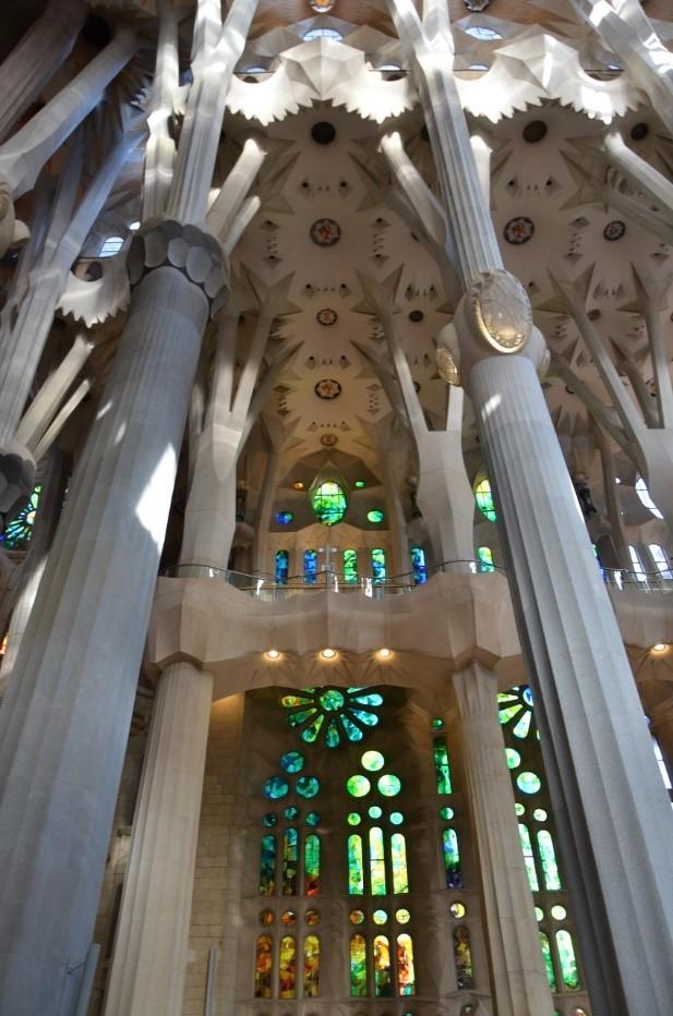 Interior da Igreja Sagrada Família em Barcelona
