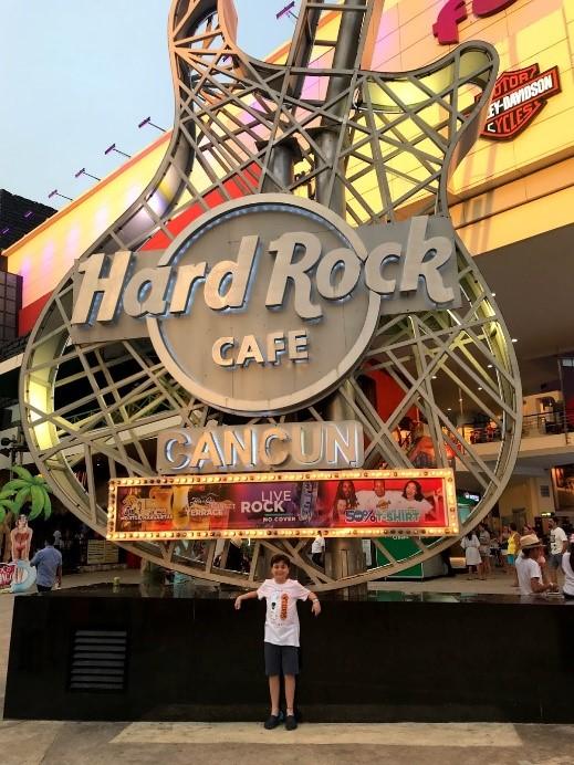 Hard Rock Cafe, na avenida principal da cidade.