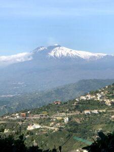 Imagem do vulcão etna visto de longe.