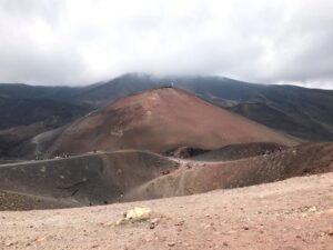 Visão mais aproximada de uma das crateras do Etna. É considerado um dos pontos turísticos da Sicília.