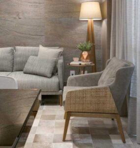 Sala de estar cinza com abajur de chão