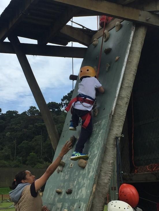 Detalhes da tirolesa e também da parede de escalada, duas das atrações do parque