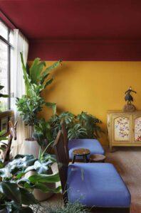 Sala de estar com parede cor amarela