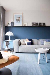 Sala de estar com parede cor azul marinho