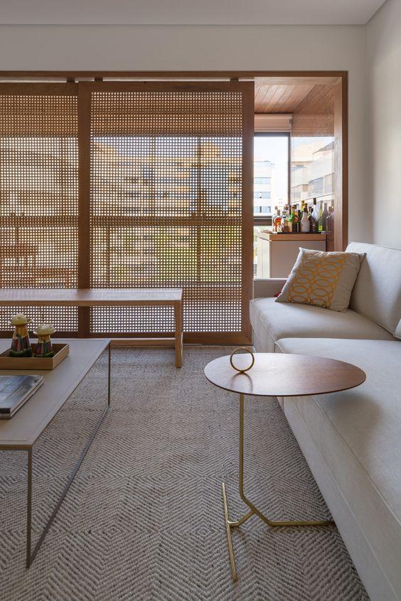 Fachada de apartamento com janelões de vidro