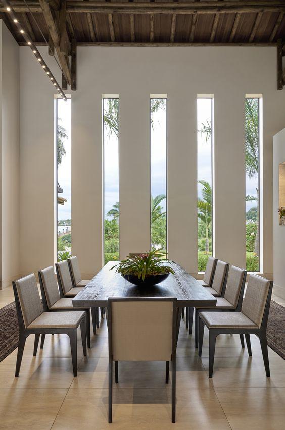 Fachada residencial com detalhes em vidro