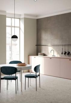 Móveis mais duráveis de design e com qualidade em espaços mais claros